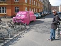 Garage für Cargo-Bikes in Kopenhagen, rechts Mikael Colville-Andersen