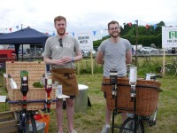 Zwei Londoner mit Bike-Bar